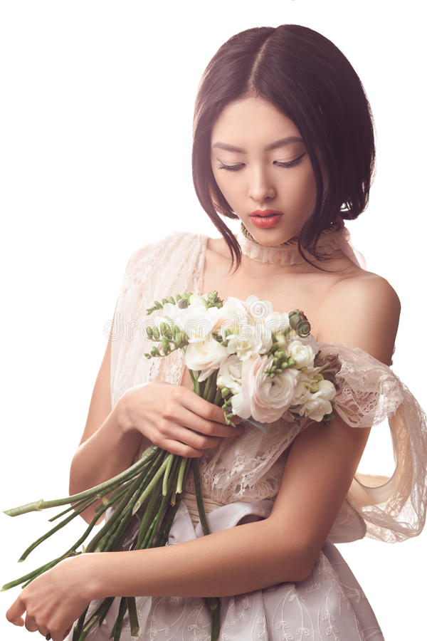 Brud Asiatisk kvinnlig med bröllopbuketten royaltyfria bilder