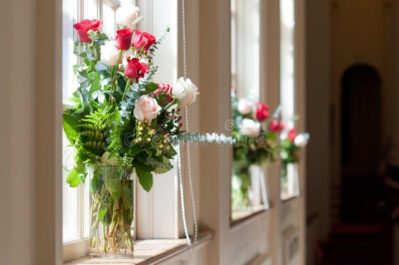 Brud- blommor i kyrka royaltyfri bild