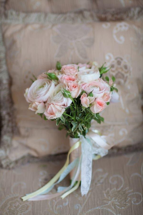 Brud- bouqet för elegant bröllopblomma på textursoffan arkivfoto