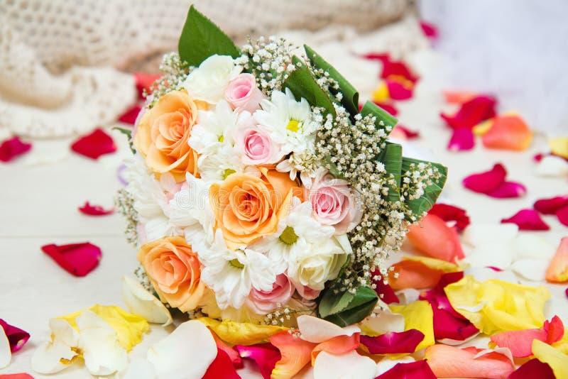 Brud- bröllopbukett av blommor med rosa kronblad arkivbilder