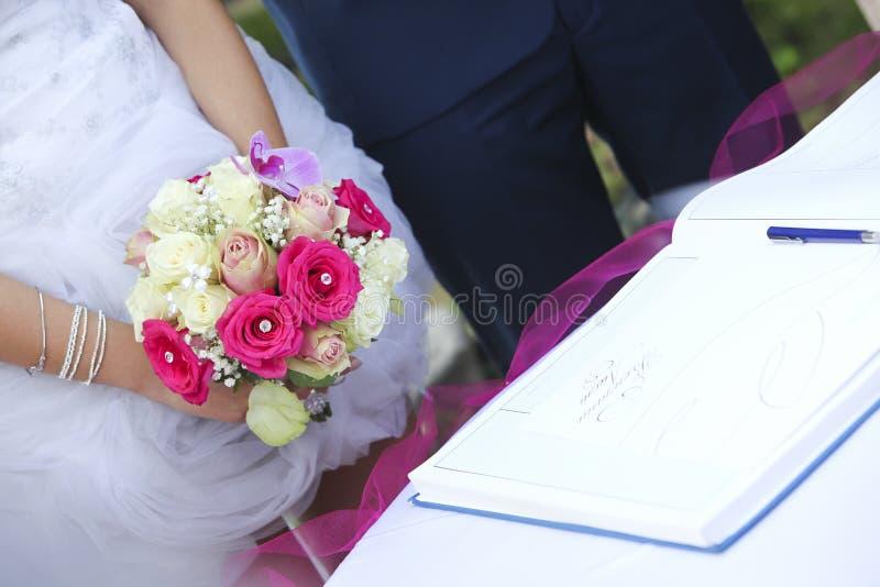 Brud, brudgum & bukett fotografering för bildbyråer
