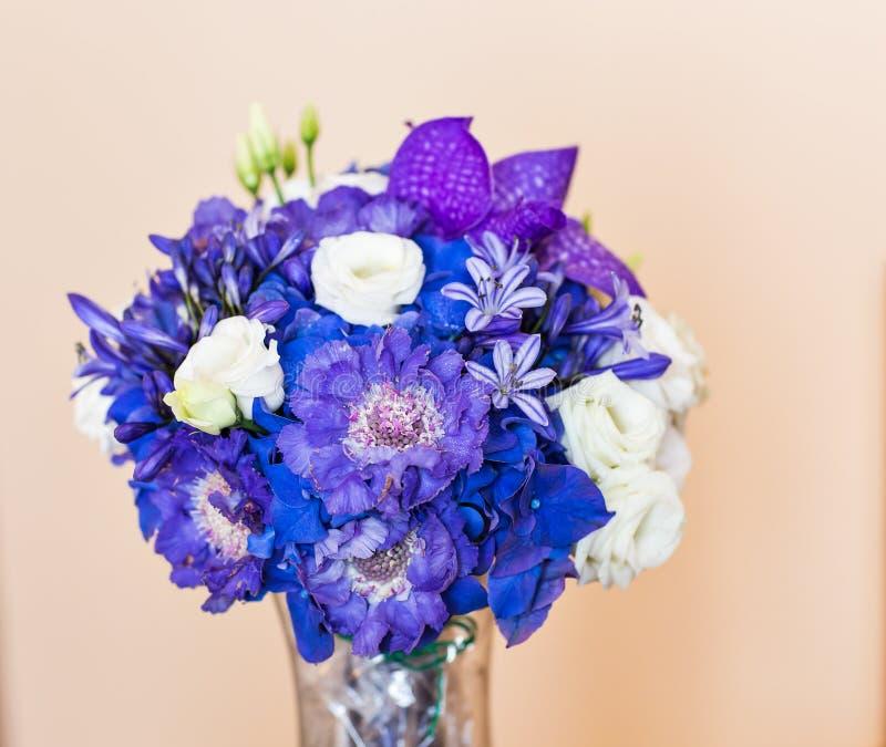 Brud- bukett av olika blommor royaltyfri foto