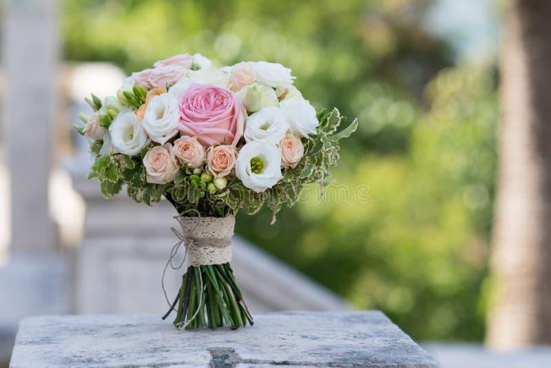 Brud- bukett av rosor, freesia, eustoma royaltyfria bilder