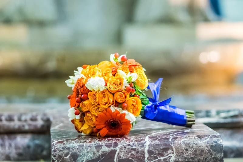 Brud- bukett av rosor och gerberas royaltyfri bild