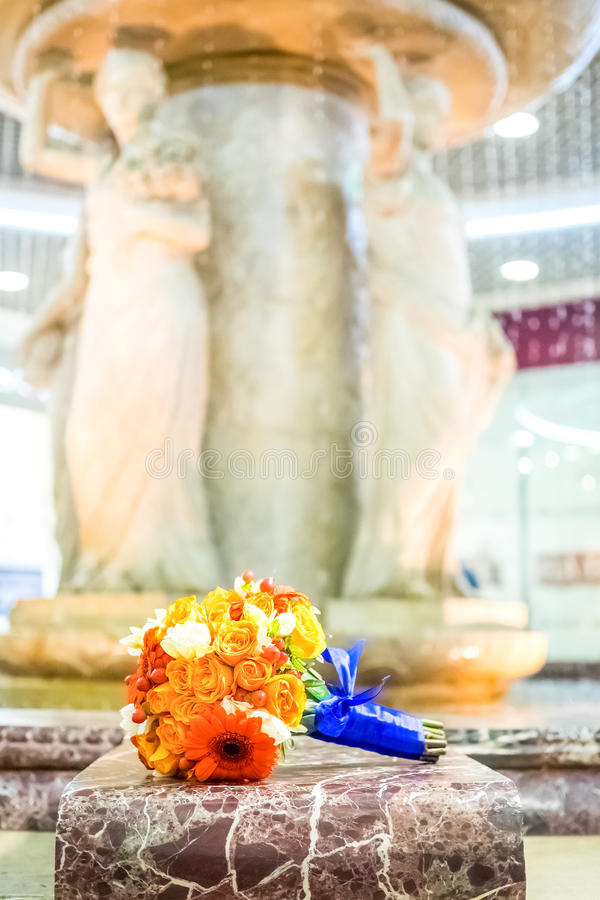 Brud- bukett av rosor och gerberas på springbrunnbakgrund fotografering för bildbyråer