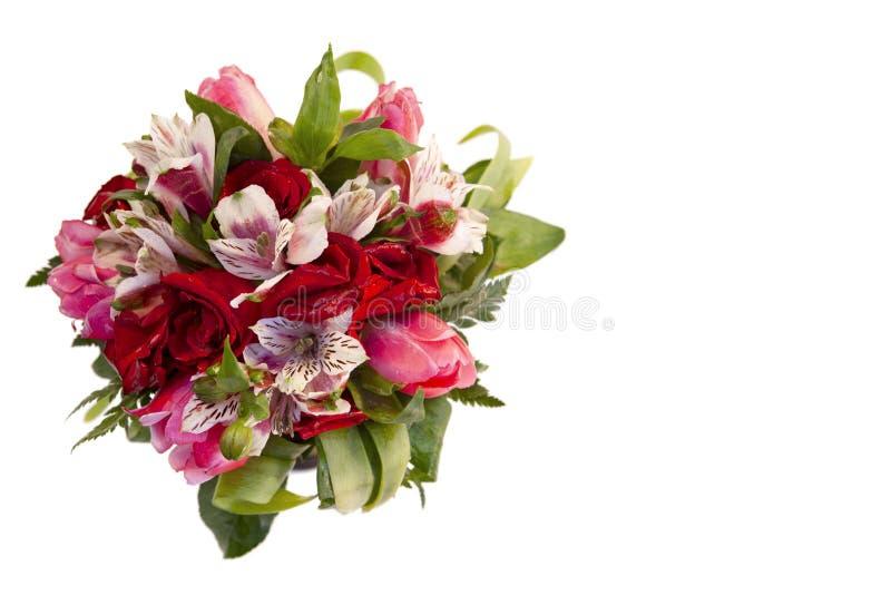 Brud- bukett av rosor, tulpan och alstroemeria på vit bakgrund fotografering för bildbyråer