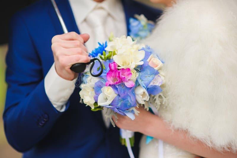 Brud- bukett av vit, blått, röda blommor arkivbild