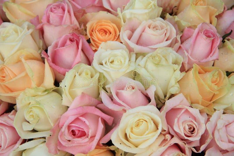 Brud- bukett för blandad ros royaltyfri bild
