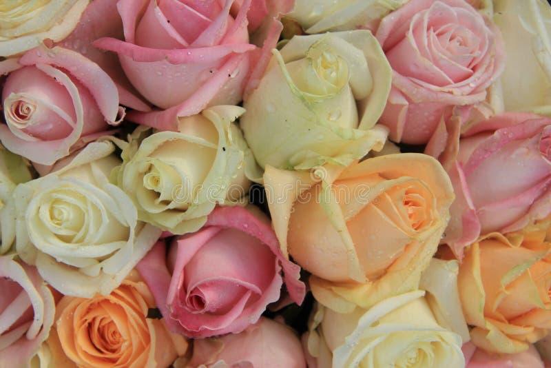 Brud- bukett för blandad ros royaltyfri foto