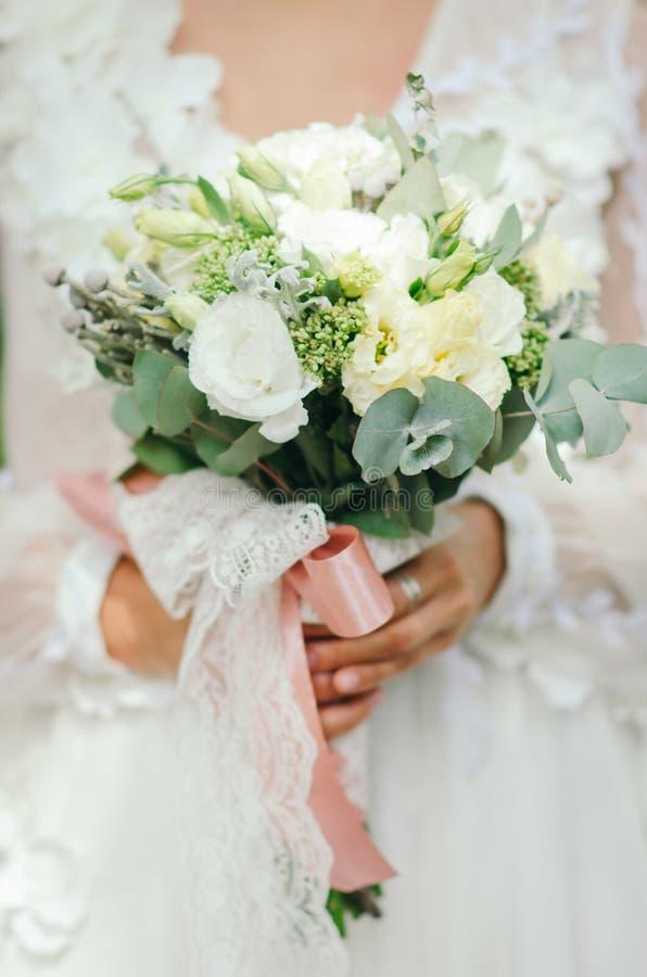 Brud- bukett på bröllop fotografering för bildbyråer