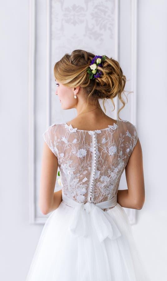 Brud En ung flicka i den vita klänningen arkivfoto