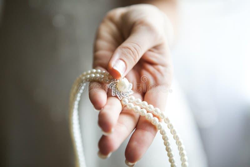 Brud- f?rberedelse, brud som s?tter p? smycken, fokus p? armbandet royaltyfria bilder