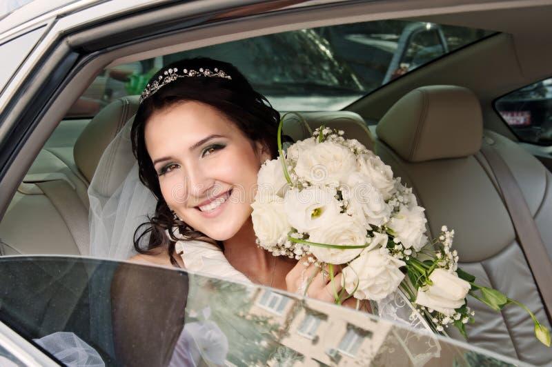 Brud i bil royaltyfria bilder