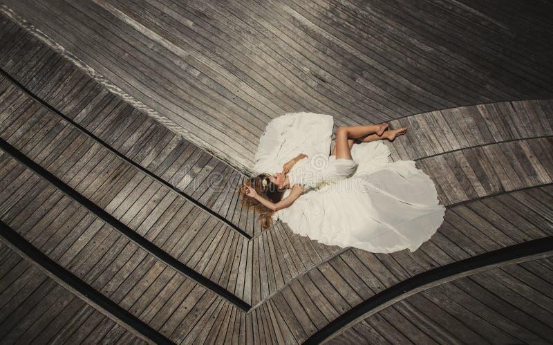 Download Brud I Bröllopsklänningspring Och Hagyckel På Den Tropiska ön Av Maldiverna Fotografering för Bildbyråer - Bild av klänning, härlig: 37347087
