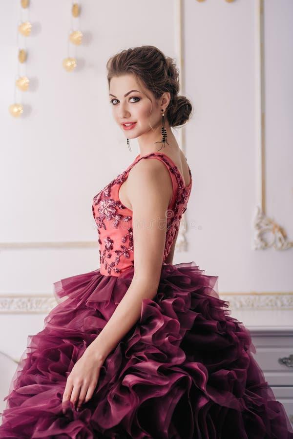 Brud i den violetta bröllopsklänningen royaltyfri fotografi