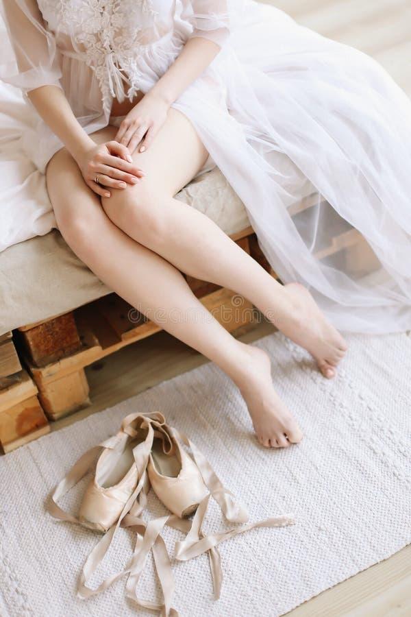 Brud i elegant klassisk bröllopsklänning med skor Morgon av bruden Ballerina med pointeskor royaltyfri bild