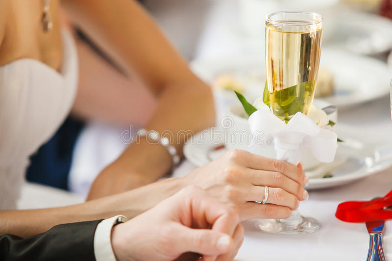 Brud i hållande exponeringsglas för vigselring av champagne i hand arkivfoton