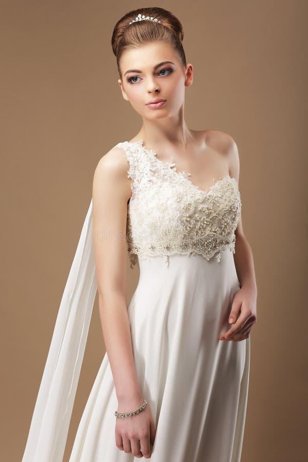 Brud i Lacy Dress över beige bakgrund royaltyfria bilder