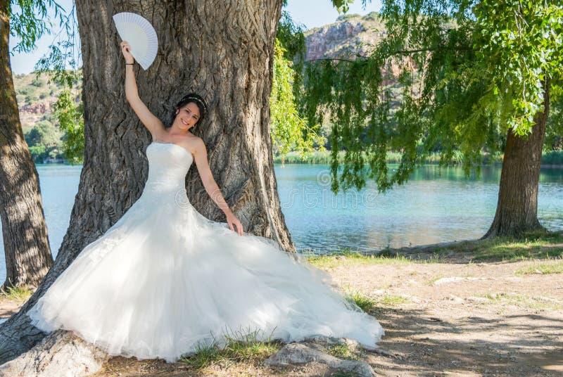 Brud i naturen royaltyfri fotografi