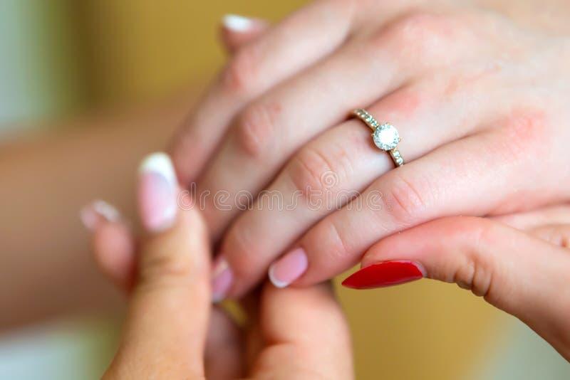 Brud manicure Händer av brudstället för text fotografering för bildbyråer