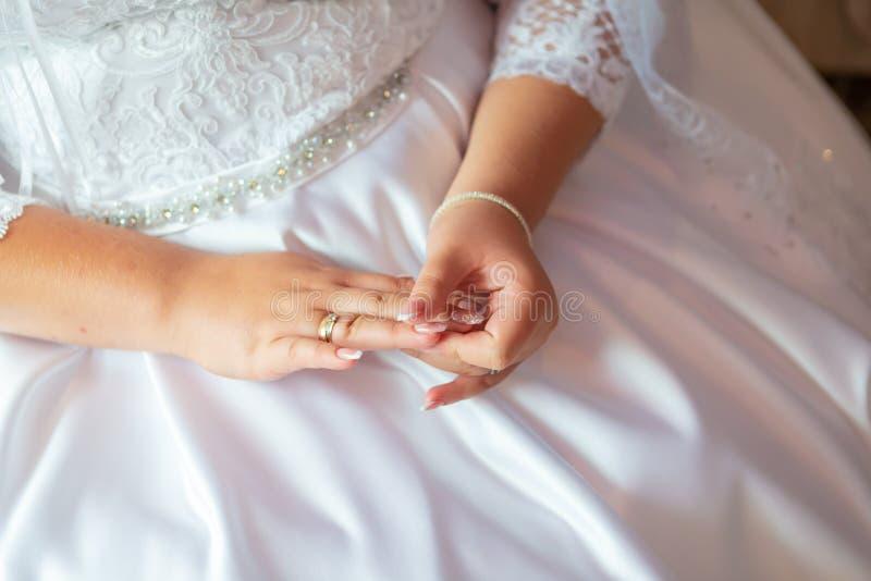 Brud manicure Händer av brudstället för text arkivfoton