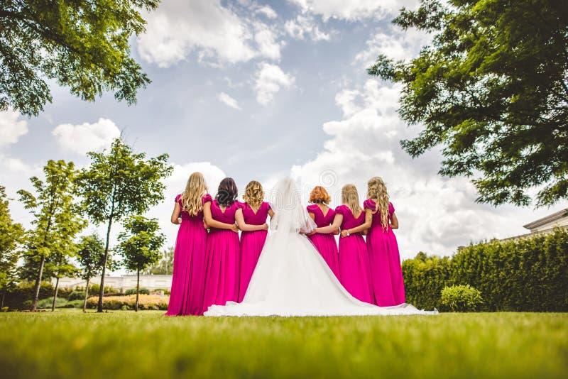 Brud med brudtärnor i en parkera fotografering för bildbyråer