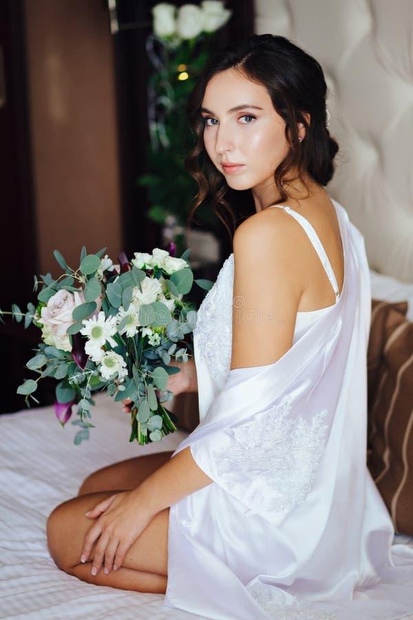 Brud med en bröllopbukett royaltyfria bilder