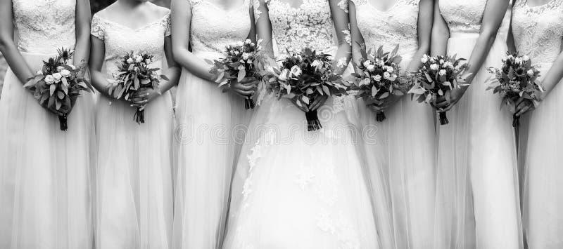 Brud med flickvänner Brudtärnor med härliga brud- buketter royaltyfria bilder