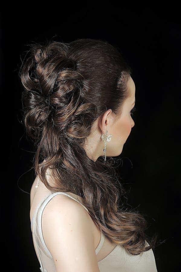 Brud med hår och en blomma i hennes hår royaltyfri fotografi