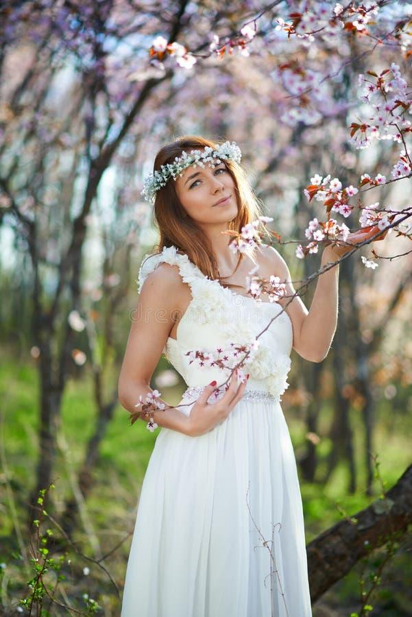 Brud med hennes hår i en vårträdgård royaltyfria foton