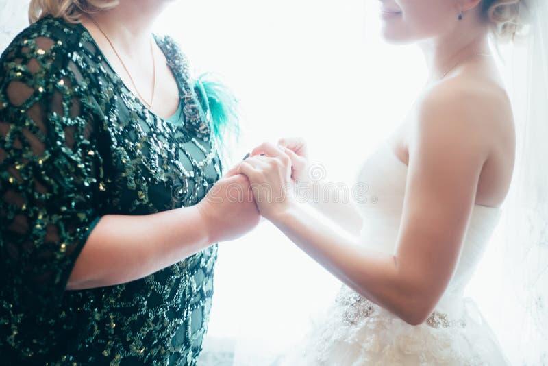 Brud med moderbröllophanden royaltyfri bild
