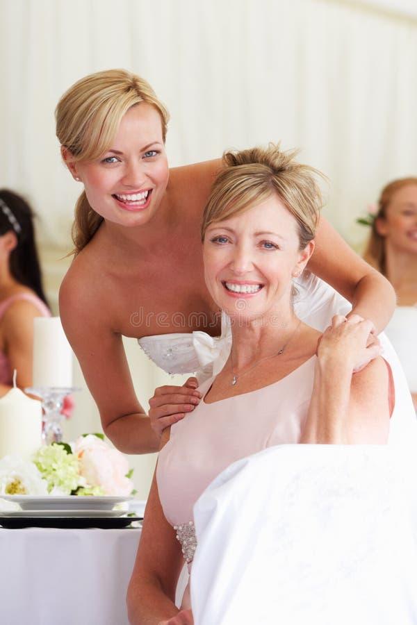 Brud med modern på bröllopmottagandet royaltyfria bilder