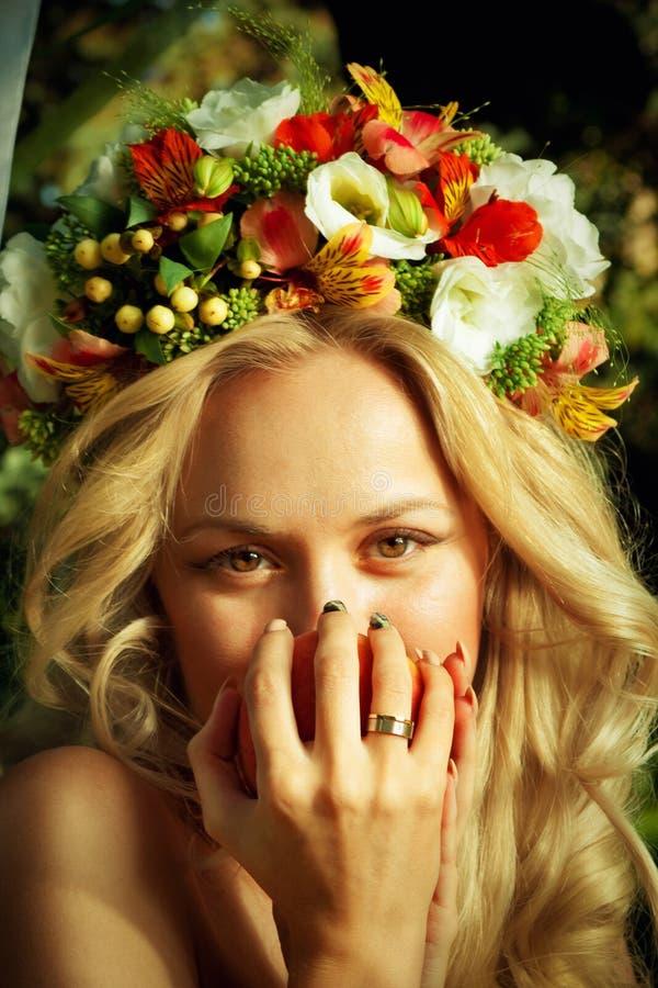 Brud med persikan royaltyfri fotografi