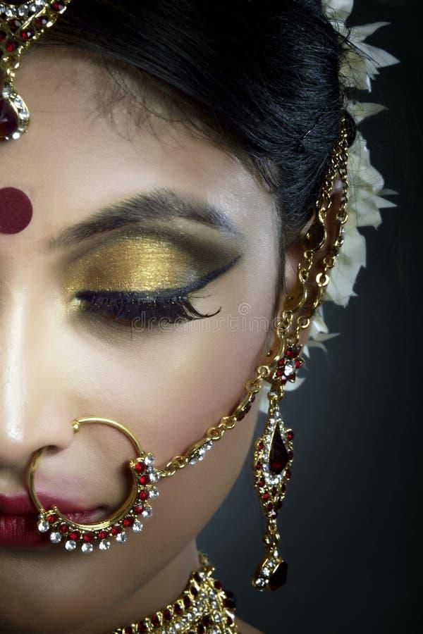 Brud med smycken royaltyfria bilder