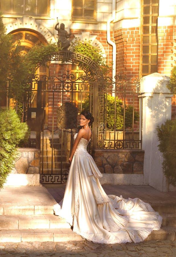 Brud med stilfullt smink i den vita klänningen arkivfoto