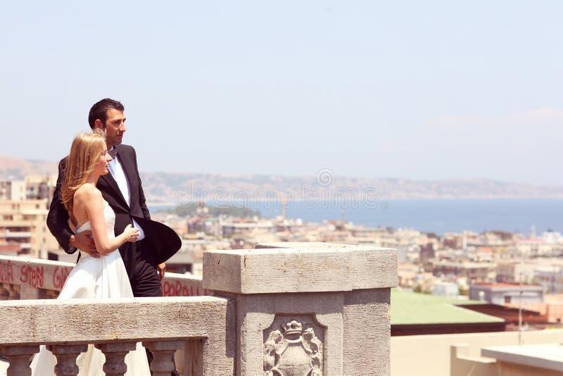 Brud och brudgum överst av staden fotografering för bildbyråer