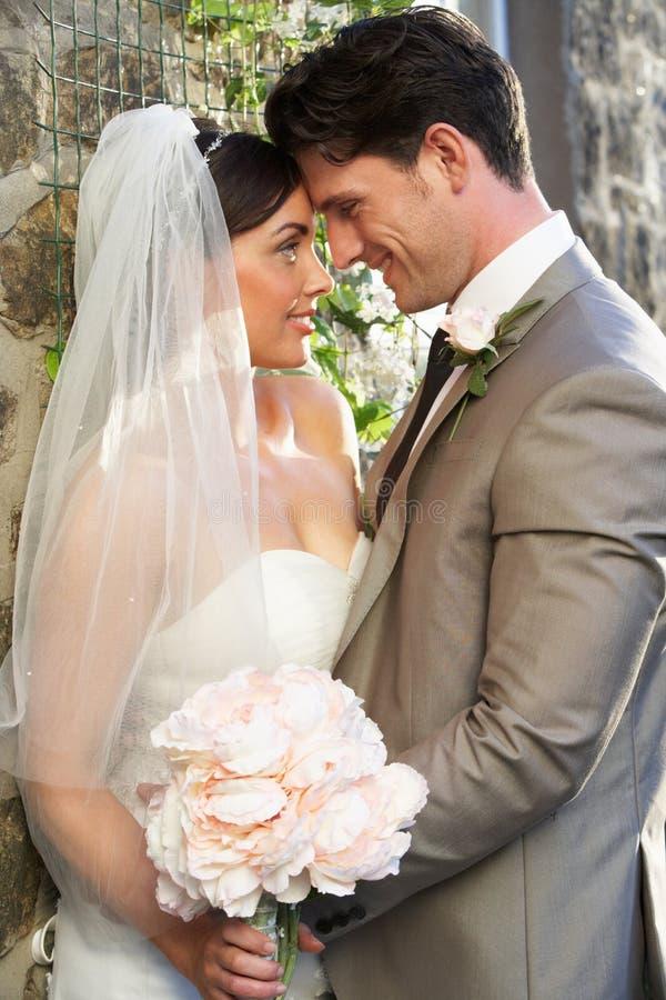 Brud och brudgum Embracing Outdoors arkivfoton
