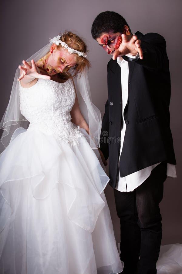 Brud och brudgum för levande död för bröllopdag arkivbild