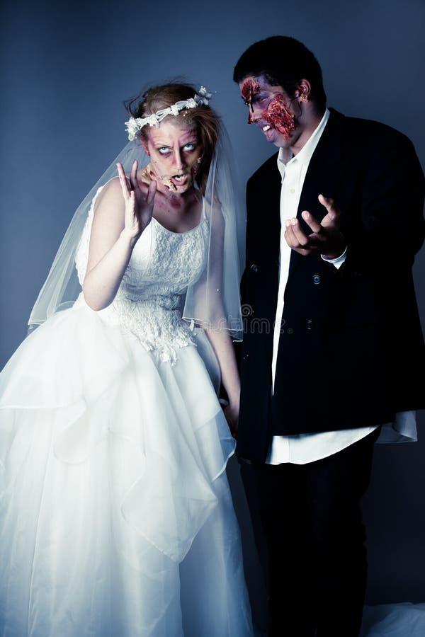 Brud och brudgum för levande död för bröllopdag arkivfoto