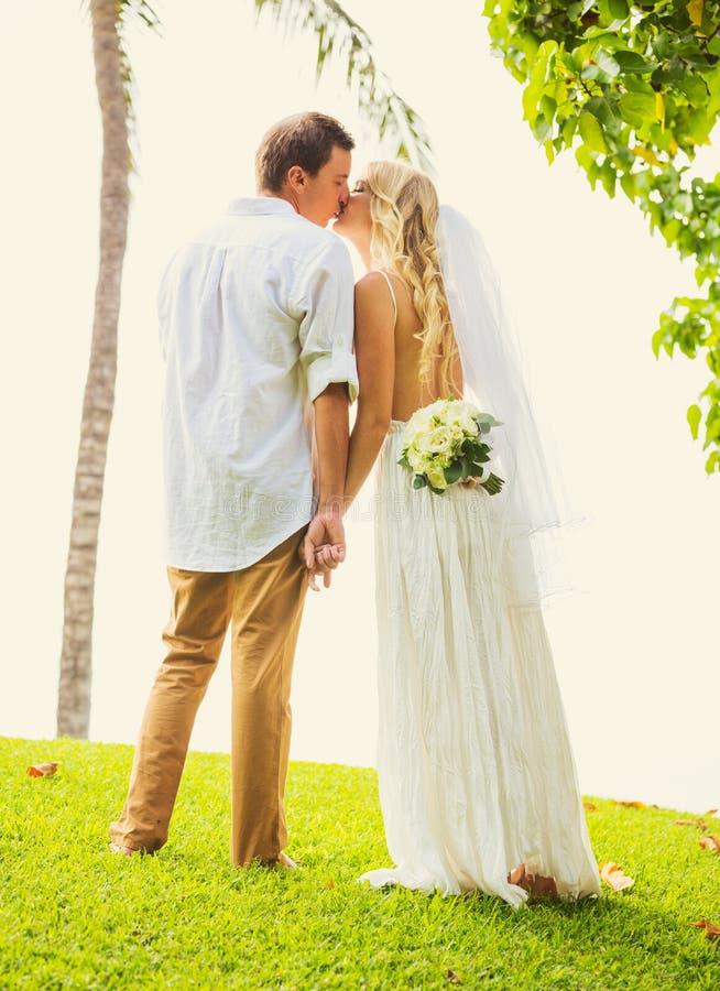 Brud och brudgum, för romantiker som gift par nyligen kysser, precis Mars royaltyfri fotografi