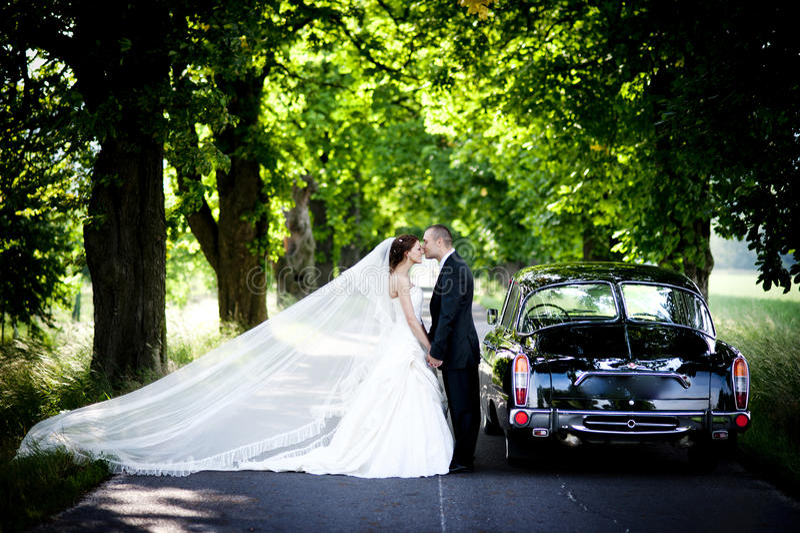Brud och brudgum i bil royaltyfri fotografi