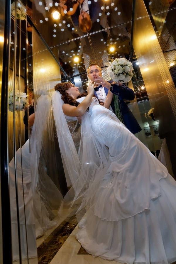 Brud och brudgum i elevator arkivbild