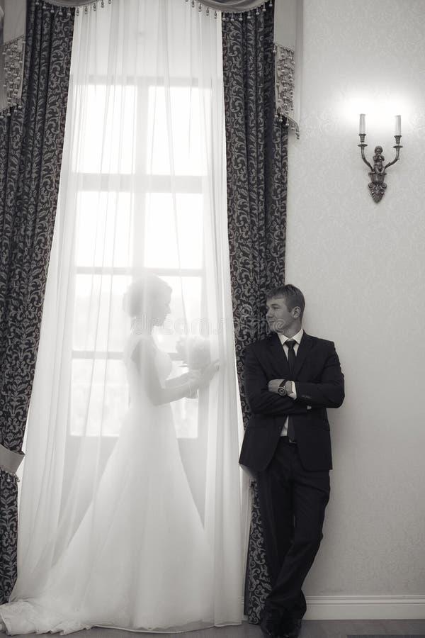 Brud och brudgum i en gammal herrgård royaltyfri fotografi