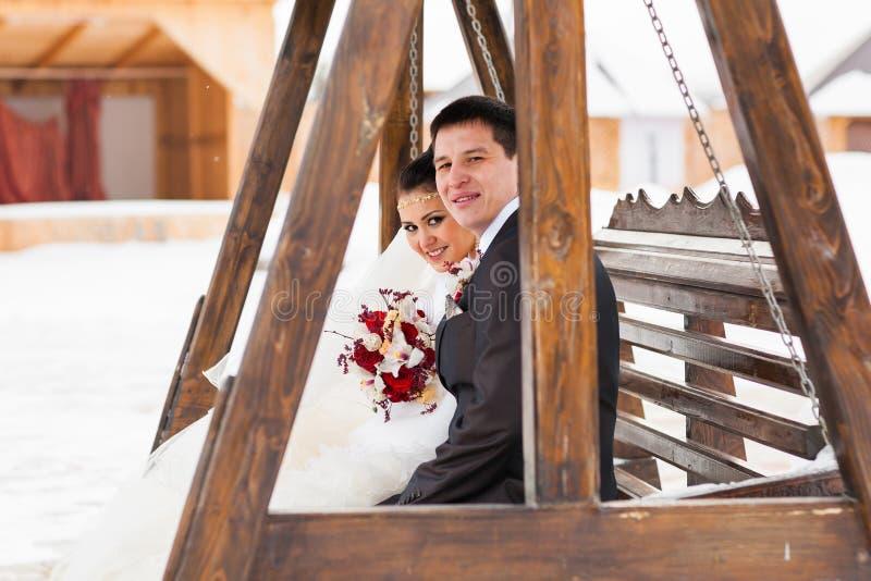 Brud och brudgum i en vinterfrost med en snö arkivfoto