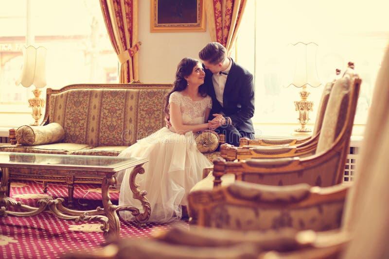 Brud och brudgum i ett hotellrum arkivbilder