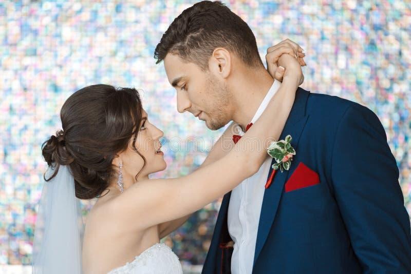 Brud och brudgum i mycket ljust kulört rum arkivfoto