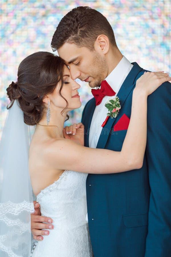 Brud och brudgum i mycket ljust kulört rum arkivbilder