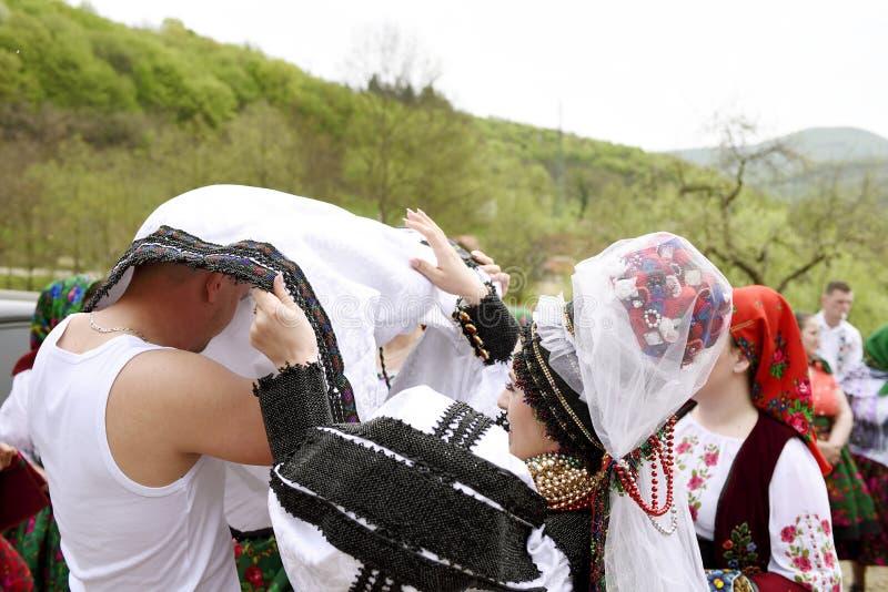 Brud och brudgum i regionen av Oas, Rumänien arkivbilder