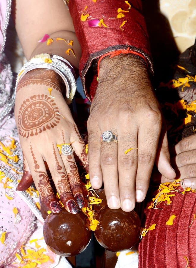 Brud och brudgum i traditionella Ring Ceremony royaltyfria foton