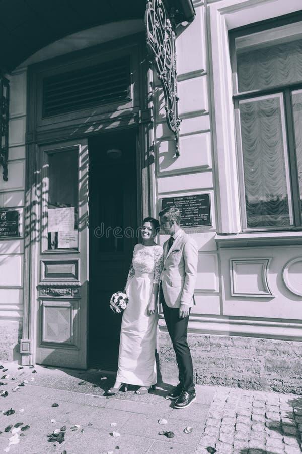Brud och brudgum nära dörren royaltyfri bild